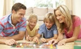 Familie spielt beste Brettspiele